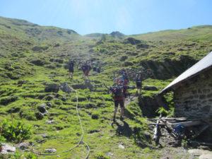 Die restlichen 180 hm hinauf zum Flachjoch gehen wir zu Fuß mit den Rädern auf dem Rücken.